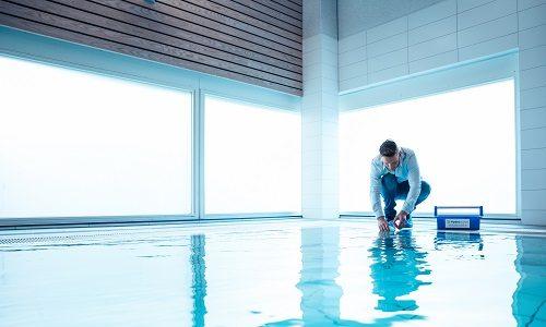 Medewerker Hydroscope neemt een zwembadwatermonster